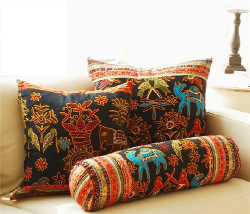 斑斓的颜色,丰富的东南亚民族风情图案,让这款抱枕充满喜庆气息.
