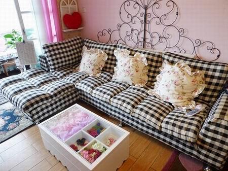 由粉色墙壁搭配的黑白格子沙发,在简单大方的同时更显可爱温馨.