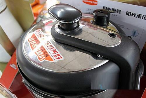 人性化设计的安全排气阀,在排气时不堵塞,使电压力锅内气体轻松排出.图片