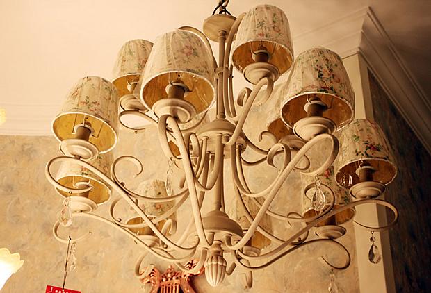 灯饰 维利亚4款欧式新古典吊灯 体味非凡格调     此款吊灯的整体气质