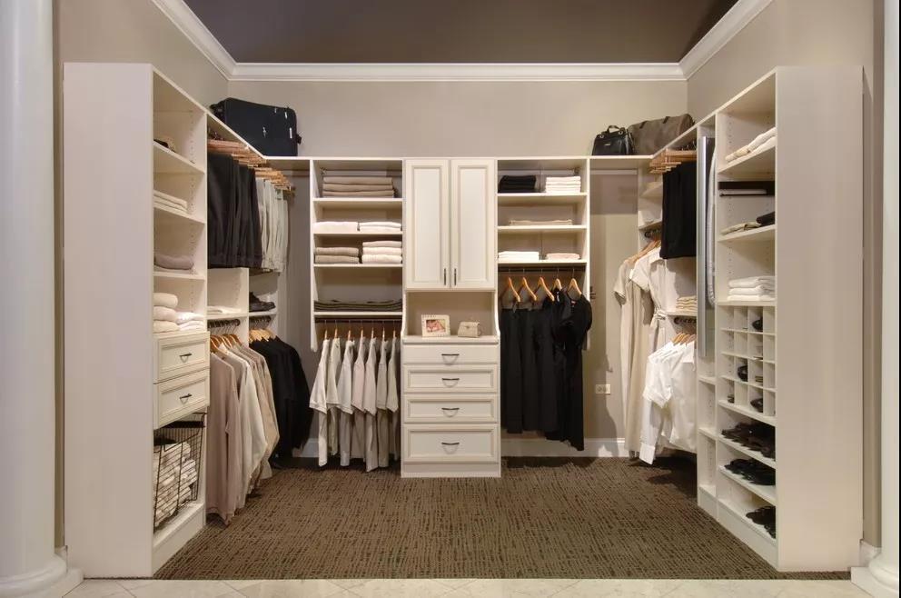 1,由于走入式衣柜不设柜门,防尘效果会比较差,所以建议可以用布帘进行